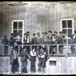 1852 a group of men pose for a photo in front of lynchs slave market in st louis missouri 150x150 - 22 moments étonnants de l'histoire en photos