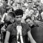 1957 in this picture dorothy counts the first black girl to attend an all white school in the united states is being teased and taunted by her white male peers at charlottes harry 150x150 - 22 moments étonnants de l'histoire en photos