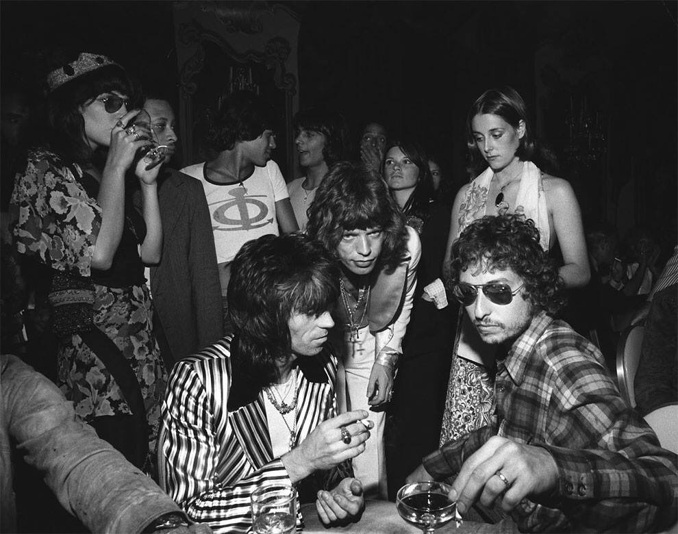 july 1972 bob dylan mich jagger and keith richards celebrate at jaggers 29th birthday party - July 1972 – Bob Dylan, Mich Jagger and Keith Richards celebrate at Jagger's 29th birthday party.