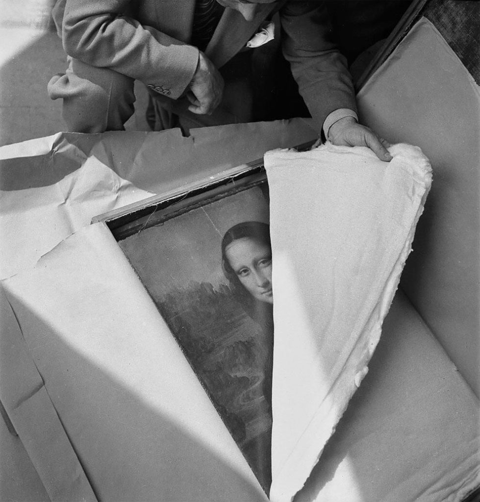 the mona lisa of leonardo da vinci is returned to the louvre after world war ii 979x1024 - The Mona Lisa of Leonardo Da Vinci is returned to the Louvre after World War II.